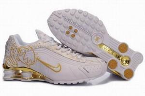 brand new 86bf8 cedb5 Le taux d une paire de chaussures Nike shox homme varie de nettement moins  de 100 dollars américains à environ 185 dollars des états-Unis selon le  certain ...